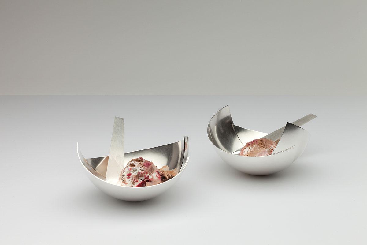 zwei Eisschalen mit Löffeln, 925' Silber gesägt und gehämmert, 2015